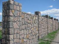 Каменный забор — примеры современной фигурной кладки + фото