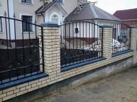 Кованый забор для дома — роскошная мечта любого домовладельца + 92 фото