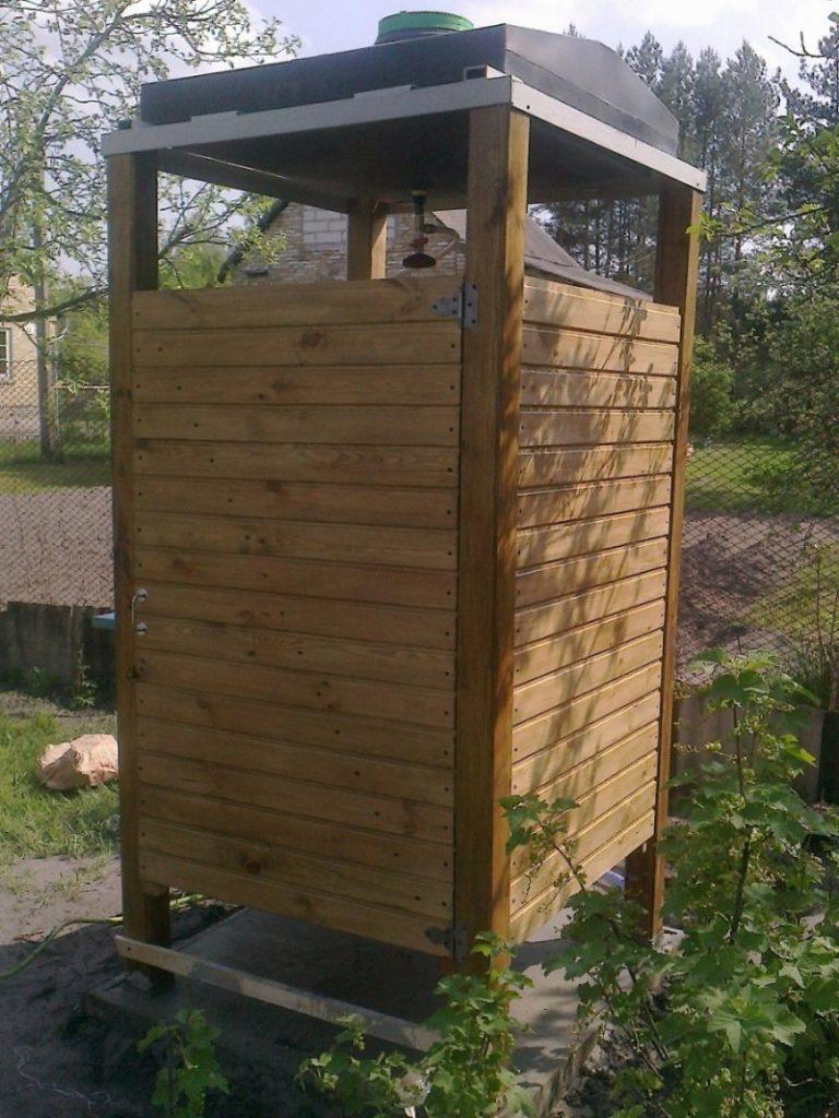Душевая кабина из дерева на даче