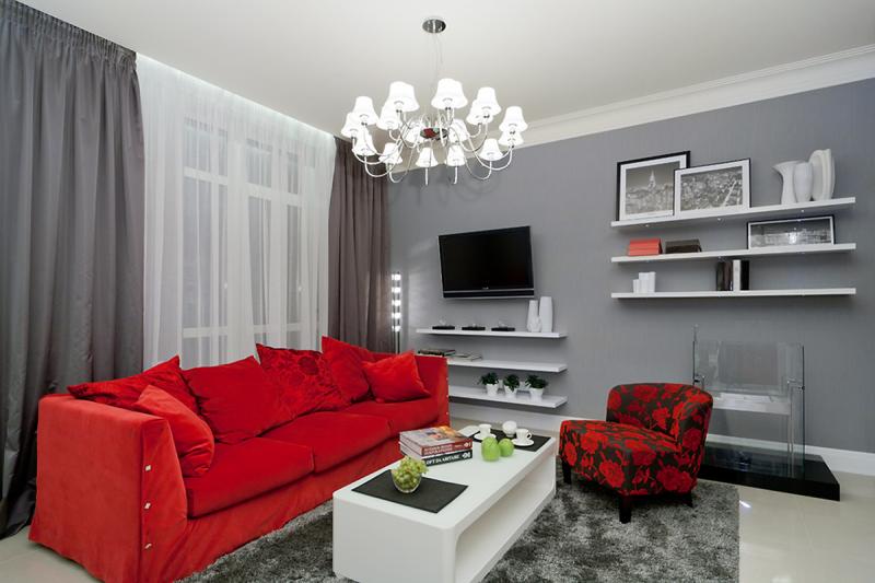 Krasnyiy divan v interere 1