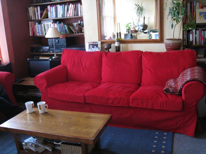 Krasnyiy divan v interere 12