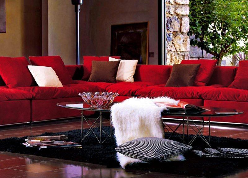 Krasnyiy divan v interere 13