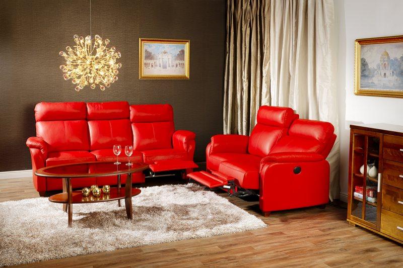 Krasnyiy divan v interere 14