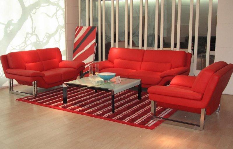 Krasnyiy divan v interere 22