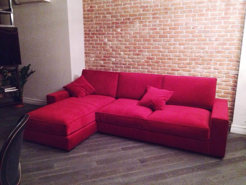 Krasnyiy divan v interere 24