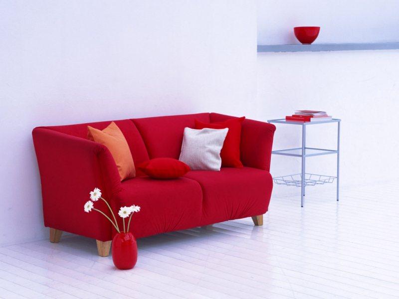 Krasnyiy divan v interere 26