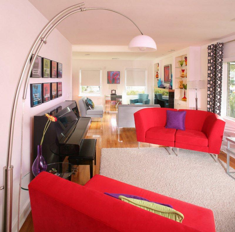 Krasnyiy divan v interere 3
