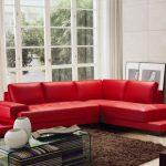 Krasnyiy divan v interere 34