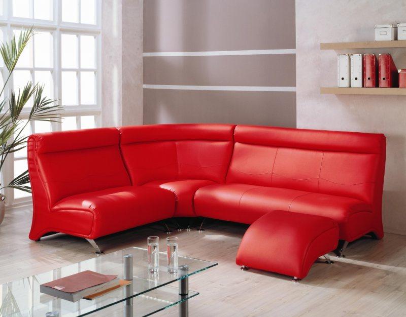 Krasnyiy divan v interere 35