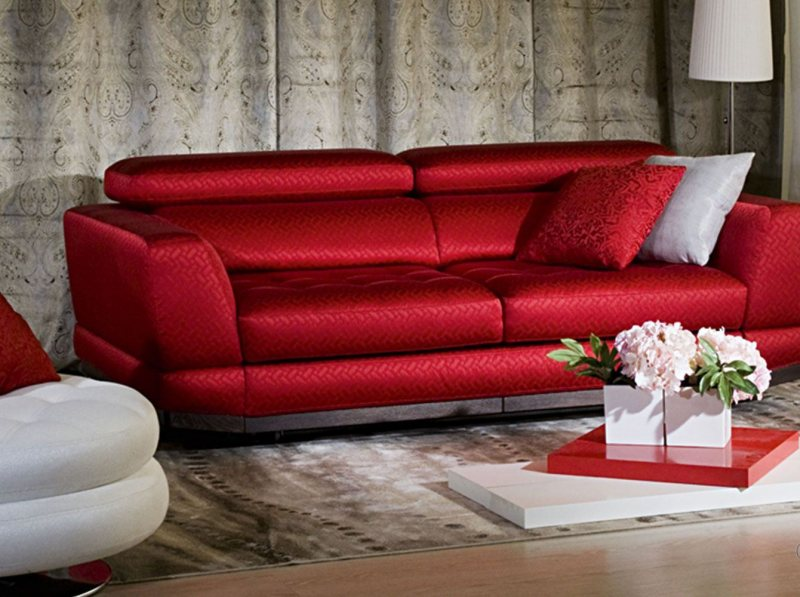 Krasnyiy divan v interere 36