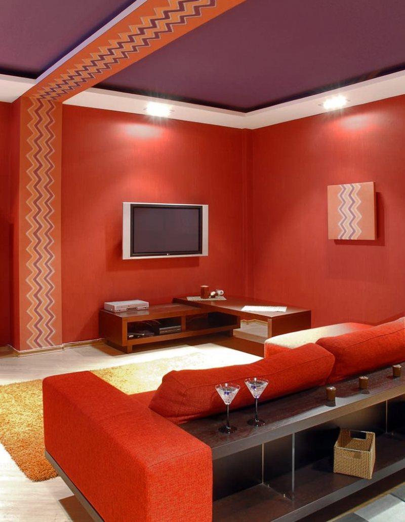Krasnyiy divan v interere 47