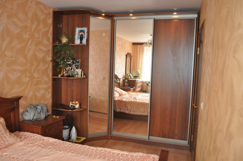 Uglovoy shkaf v interere spalni 34