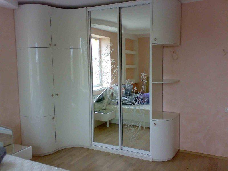 Uglovoy shkaf v interere spalni 38