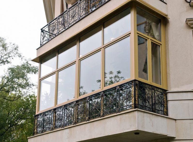 Ustanavlivaem balkonnyie ramyi 16