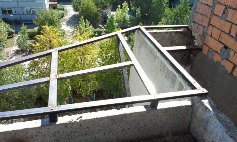 Ustanavlivaem balkonnyie ramyi 19