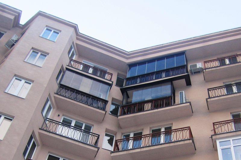 Ustanavlivaem balkonnyie ramyi 2 1