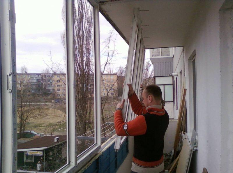 Ustanavlivaem balkonnyie ramyi 32