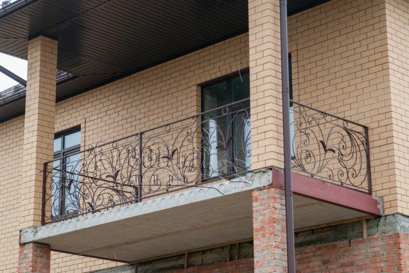 Ustanavlivaem balkonnyie ramyi 4 1