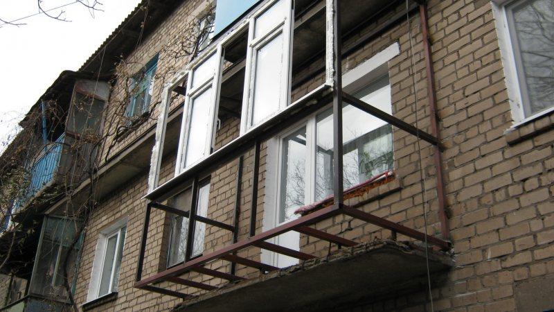 Ustanavlivaem balkonnyie ramyi 43
