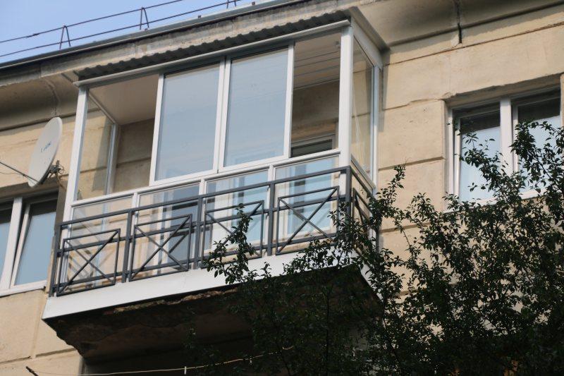 Ustanavlivaem balkonnyie ramyi 47
