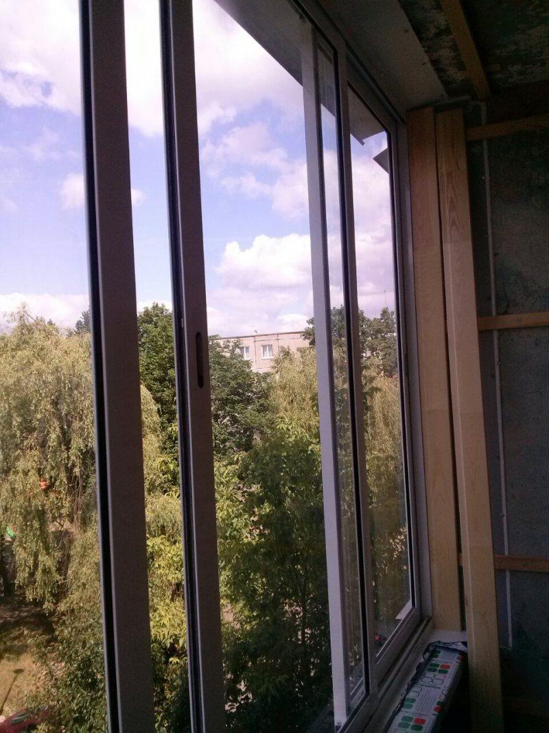 Ustanavlivaem balkonnyie ramyi 49