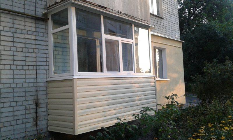 Ustanavlivaem balkonnyie ramyi 8